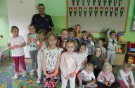 Wspólne zdjęcie przedszkolaków z policjantem inny kąt
