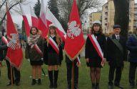 sztandar wraz z flagami stoi w rzędzie