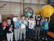 chłopcy odwzorowują układ słoneczny