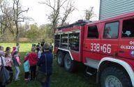 dzieci przy wozie strażackim