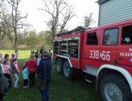 Dzieci udają się na tył wozu strażackiego
