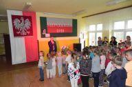 dzieci wraz z nauczycielami śpiewają hymn polski