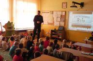 spotkanie z policjantem dzieci z podstawówki