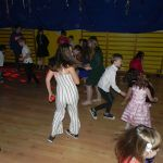 dzieci tańczą z piłkami