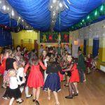 dzieci się cofają tańcząc