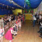 dwa rzędy dzieci tańczy