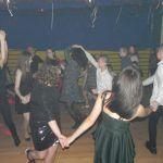 młodzież tańczy w kole