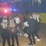 młodzież zaczyna tańczyć freestyle