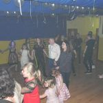 dzieci ciągle tańczą w kole