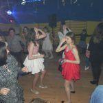 młodzież tańczy w niebieskim świetle
