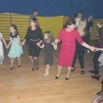 dzieci z nauczycielkami tańczą w kole