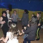 taniec w kole z paniami nauczycielkami