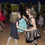 dzieci tańczą po trzy osoby