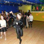 młodzież tańczy na dyskotece