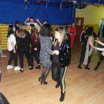 dzieci i młodzież tańczy na dyskotece