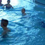 dzieci pływają na głębokim basenie