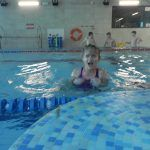 Dziewczynka wynurza się z wody