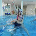 dziewczynki robią figury gimnastyczne w wodzie