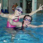 dzieci pozują w wodzie