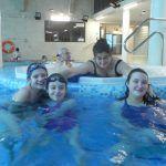 pani nauczycielka w jacuzzi z dziewczynkami w basenie