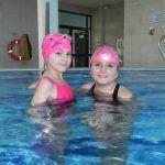 dzieci pływają w basenie
