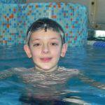 chłopczyk z wodą w oczach