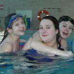 dziewczynki pływają z panią nauczycielką