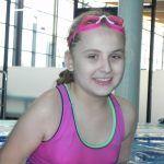 dziewczynka w różowych okularach