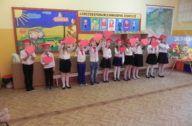 przedstawienie dzieci z pierwszej klasy - dzieci z czerwonymi sercami