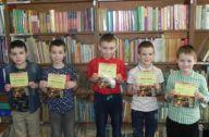 dzieci z dyplomami w bibliotece