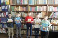 dzieci z książkami o klimacie w bibliotece