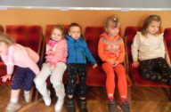 Dzieci na stołkach