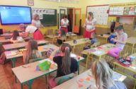 Dzieci pracujące przy kwiatach z papieru